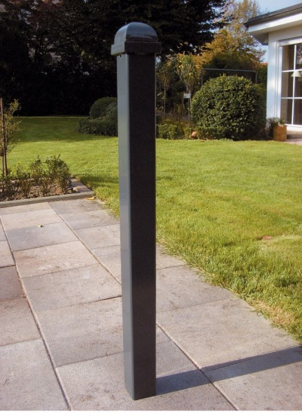 Stilpfosten umlegbarer Stilpoller mit Bodenhülse zum Einbetonieren